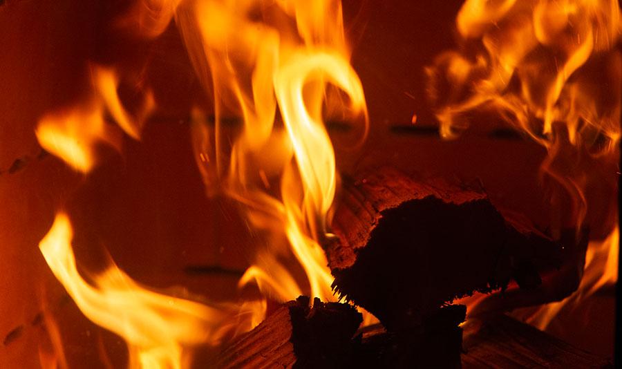 Ungetrübter Blick auf Flammen, Feuer, HAIM Ofen, schlichte Erscheinung, elegantes und modernes Design, schnelle Wärmeabgabe, lange Speicherkapazität, massiver Kern, effiziente Verbrennung, Schamotte Brennraum, hochwertige Komponenten, unkomplizierte Bauweise, besonderer Einrichtungsgegenstand, Gemütlichkeit und Wohlbefinden im Wohnraum